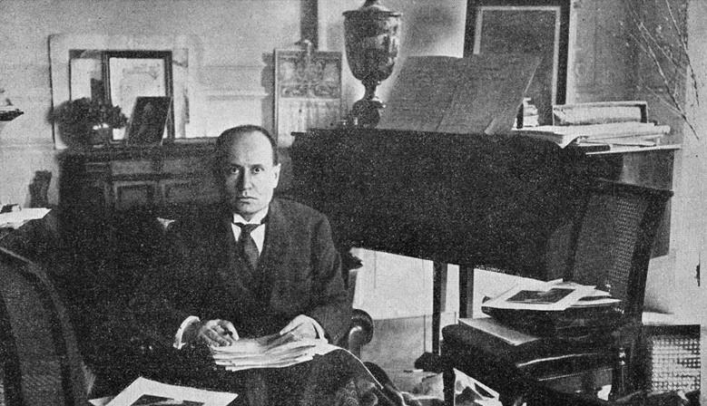 Benito Mussolini nel suo studio
